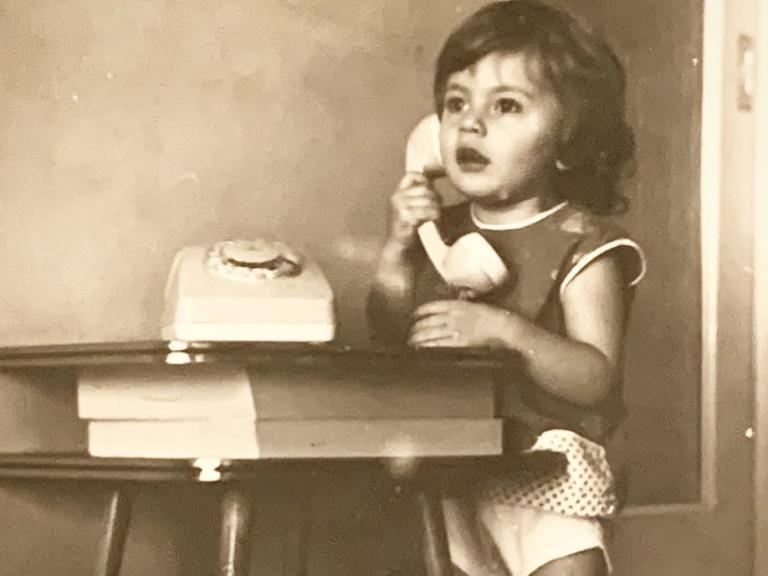 Το κοριτσάκι της φωτογραφίας είναι σήμερα πρωταγωνίστρια του θεάτρου και της τηλεόρασης! | Newsit.gr