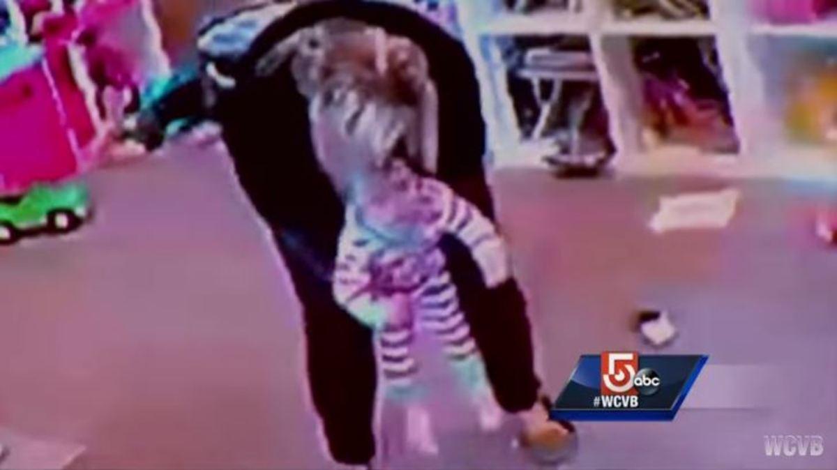 Η στιγμή που μητέρα σώζει το κοριτσάκι της από τον θάνατο: Πνιγόταν με αντικείμενο! [vid] | Newsit.gr