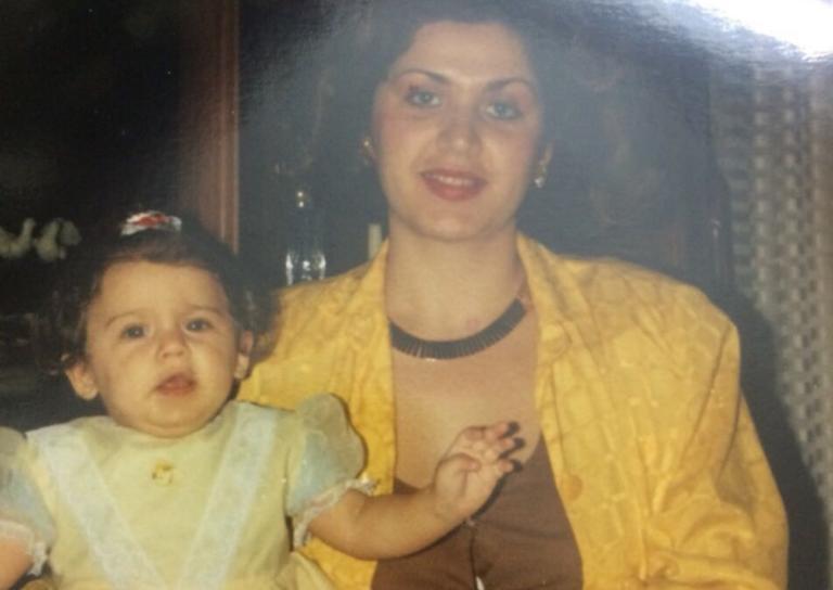 Το κορίτσι στην φωτογραφία είναι γνωστή Ελληνίδα παρουσιάστρια μαζί με την μαμά της! Την αναγνωρίζεις;   Newsit.gr