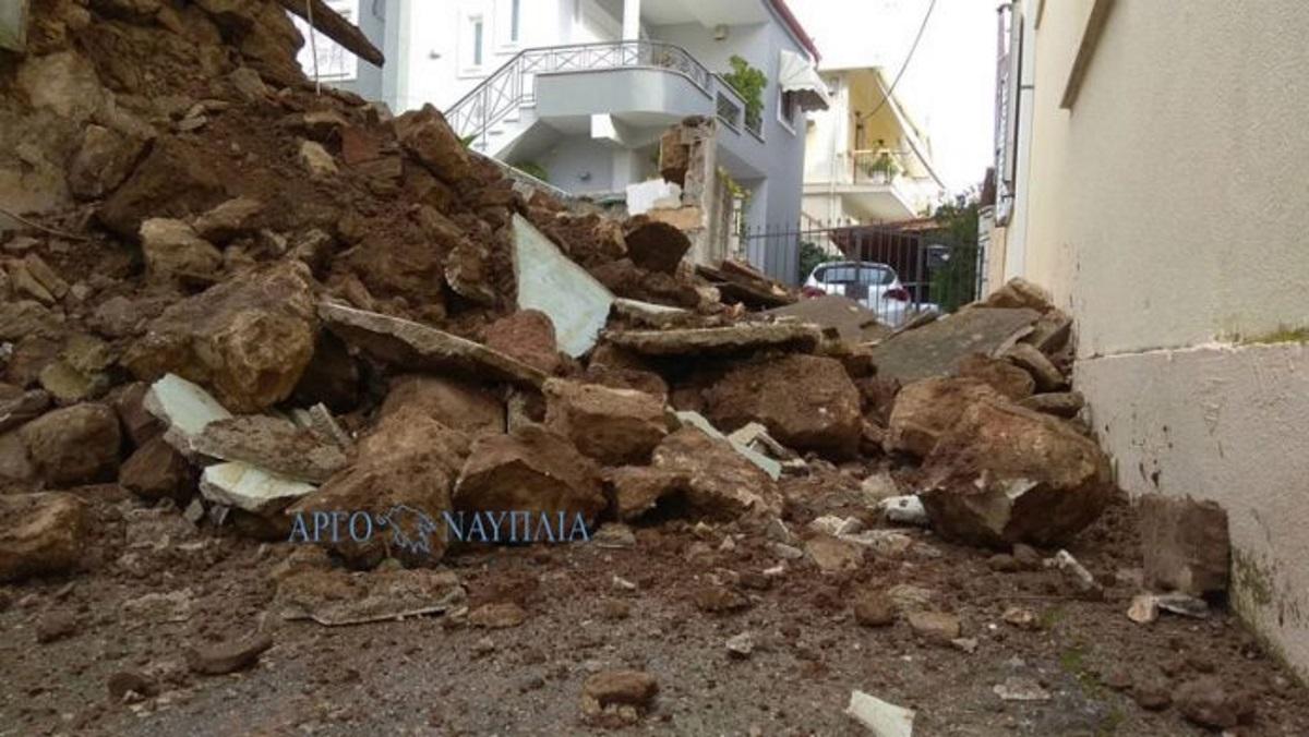Άργος: Κατέρρευσε τμήμα ιστορικού σπιτιού – Αποκλεισμένοι στην ίδια τους τη γειτονιά [pics]
