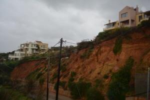 Χανιά: Μια ολόκληρη γειτονιά στο χείλος του γκρεμού – Οι κατολισθήσεις εξαφάνισαν 6 μέτρα γης [pics, video]