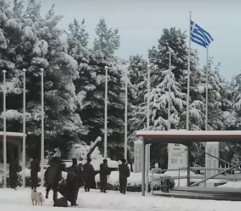 Αυλώνας: Στρατιώτες σε στάση προσοχής στα χιόνια για την έπαρση της ελληνικής σημαίας – Η στεντόρεια φωνή τους – video | Newsit.gr