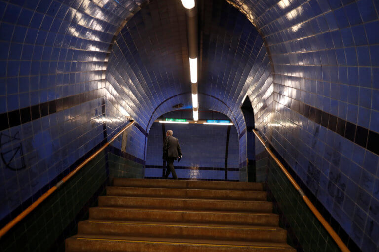 Έπεσε με το καροτσάκι του μωρού της στις σκάλες του μετρό και σκοτώθηκε!