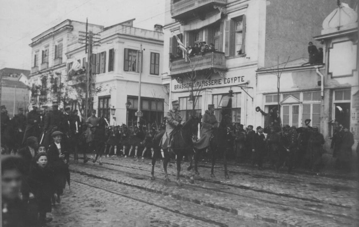 Στις 29 Οκτωβρίου 1912, ο Βασιλιάς Γεώργιος Α' και ο Αρχιστράτηγος Κωνσταντίνο εισέρχονται στη Θεσσαλονίκη