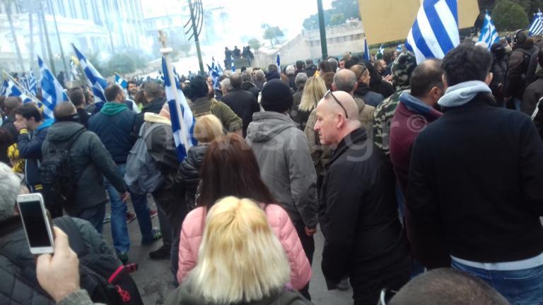 """Συλλαλητήριο Μακεδονία: Ένταση μπροστά από την Βουλή – """"Μάχη"""" διαδηλωτών με τα ΜΑΤ- video"""