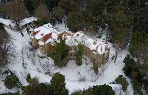 """Τατόι: """"Βυθισμένα"""" στα χιόνια τα πρώην ανάκτορα – video"""