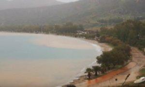 Ναύπλιο: Η θάλασσα έγινε κόκκινη – Προβλήματα σε δρόμους από την καταρρακτώδη βροχή – video