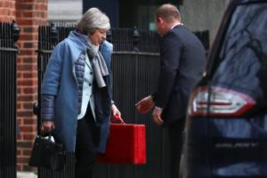 Brexit: Η Μέι… κινεί τα νήματα σε μια προσπάθεια να «κρατηθεί ζωντανή»