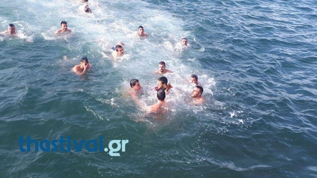 Θεοφάνια – Θεσσαλονίκη: Έπιασε τον Σταυρό και φώναξε «για τη Μακεδονία»