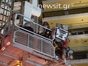 Η στιγμή του απεγκλωβισμού από το φλεγόμενο διαμέρισμα της Θεσσαλονίκης – video
