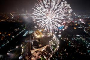 Έτσι υποδέχθηκε η Αθήνα το 2019! Εντυπωσιακές εικόνες από ψηλά