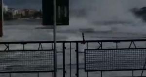 Τήνος: Η στιγμή που κύματα σαρώνουν το λιμάνι – Η θάλασσα βγήκε στη στεριά – video