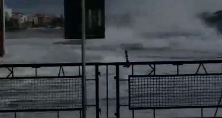 Τήνος: Η στιγμή που κύματα σαρώνουν το λιμάνι – Η θάλασσα βγήκε στη στεριά – video | Newsit.gr