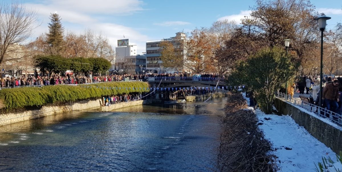 Κοσμοσυρροή στα Τρίκαλα για το σταυρό! Θεοφάνια στον Ληθαίο ποταμό [vids, pics]