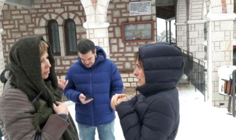 Αλέξης Τσίπρας: Βόλτα στα χιόνια με τη Μπέτυ Μπαζιάνα και την Όλγα Γεροβασίλη [pics] | Newsit.gr