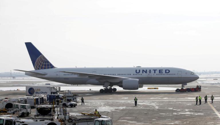 Θρίλερ στον αέρα! Αποκλείστηκαν στο αεροπλάνο για 13 ώρες! | Newsit.gr