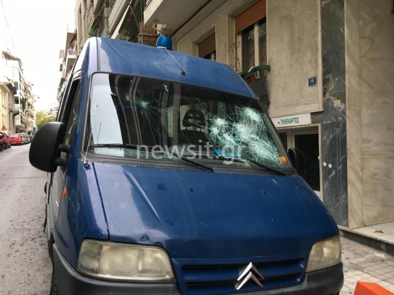 ΑΣΟΕΕ: Αυτό είναι το βαν της αστυνομίας που δέχθηκε επίθεση από κουκουλοφόρους