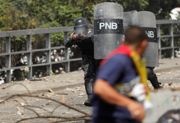 Στα πρόθυρα του εμφυλίου η Βενεζουέλα – Χάος και συγκρούσεις – Στηρίζει Μαδούρο ο στρατός