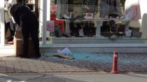Τρίκαλα: Ο αέρας έσπασε την πόρτα σε κεντρικό κατάστημα! [pic]