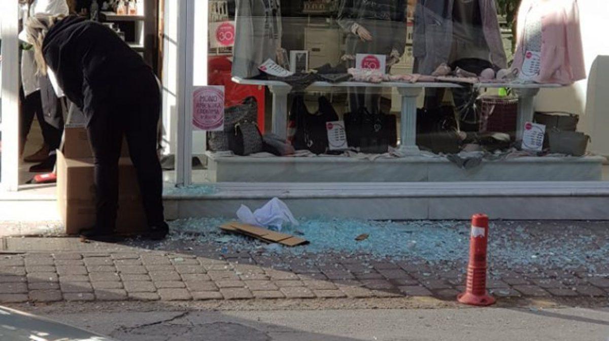 Τρίκαλα: Ο αέρας έσπασε την πόρτα σε κεντρικό κατάστημα! [pic]   Newsit.gr