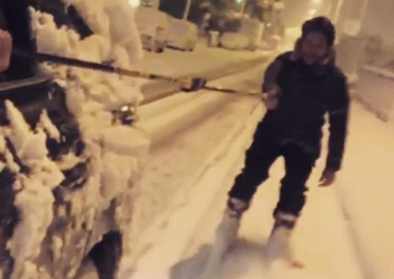 Δες τον Πάνο Βλάχο να κάνει σκι στους χιονισμένους δρόμους του Χαλανδρίου! (video)