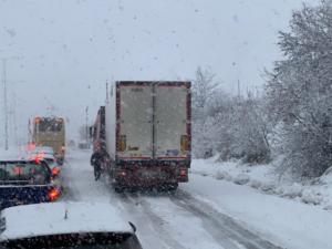 """Καιρός: """"Δίπλωσε"""" νταλίκα στο Βόλο – Χιόνια μέχρι την παραλία [pics]"""