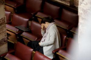 Συμφωνία των Πρεσπών: Φιλιά, χειροκροτήματα και μια βουλευτής σε… απόγνωση [pics]