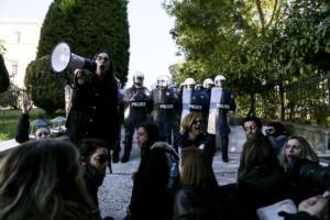 Πολιορκία της Βουλής από τους εκπαιδευτικούς – Συγκρoύσεις με τα ΜΑΤ