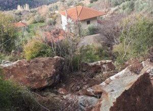 Ηλεία: Τεράστιοι βράχοι πάνω από τα σπίτια τους – Φόβοι μετά τις τελευταίες κατολισθήσεις [pics]