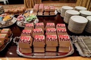 Άφησαν τον Τραμπ να παραγγείλει και γέμισε τον Λευκό Οίκο… μπέργκερ!
