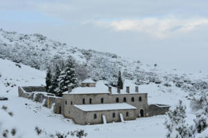 Καιρός: Αποκλεισμένο από τα χιόνια το μοναστήρι του Προφήτη Ηλία στις Ερυθρές – Εντυπωσιακές εικόνες!