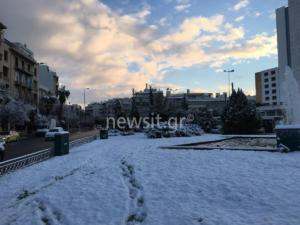 """Καιρός: Η Αθήνα… """"χάθηκε"""" στο χιόνι – video"""