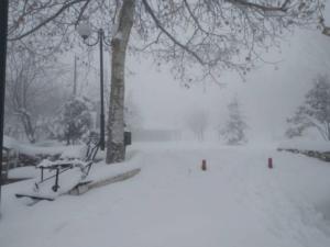 Καιρός: Αποκλεισμένα χωριά στα χιόνια στη Φθιώτιδα – Έφτασε το ένα μέτρο το ύψος του χιονιού!