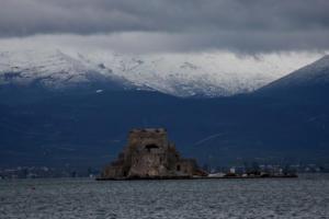 Καιρός: Αβοήθητοι χωρίς ρεύμα στο τσουχτερό κρύο – Χιόνια σε Αρκαδία, Κορινθία και Αργολίδα [pics, video]