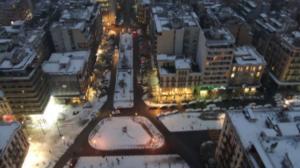 """Καιρός: Νέες πανέμορφες εικόνες στη χιονισμένη Θεσσαλονίκη – Προβλήματα στο αεροδρόμιο """"Μακεδονία"""" – video"""