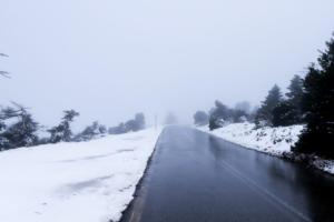 Καιρός: Κλειστός ο δρόμος προς την Πάρνηθα, λόγω έντονης χιονόπτωσης