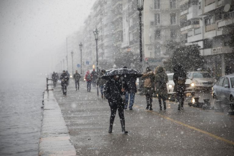 """Καιρός: Χέρι – χέρι με τη """"Σοφία"""" και τις επόμενες ημέρες – Εικόνες από τη χιονισμένη Ελλάδα – Ποιοί δρόμοι είναι κλειστοί – video"""