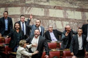 Βουλή: Επεισόδιο με την Χρυσή Αυγή – Κινήθηκε απειλητικά εναντίον βουλευτών ο Λαγός – video