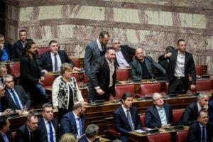 Βουλή: Επεισόδιο με βουλευτές της Χρυσής Αυγής – video