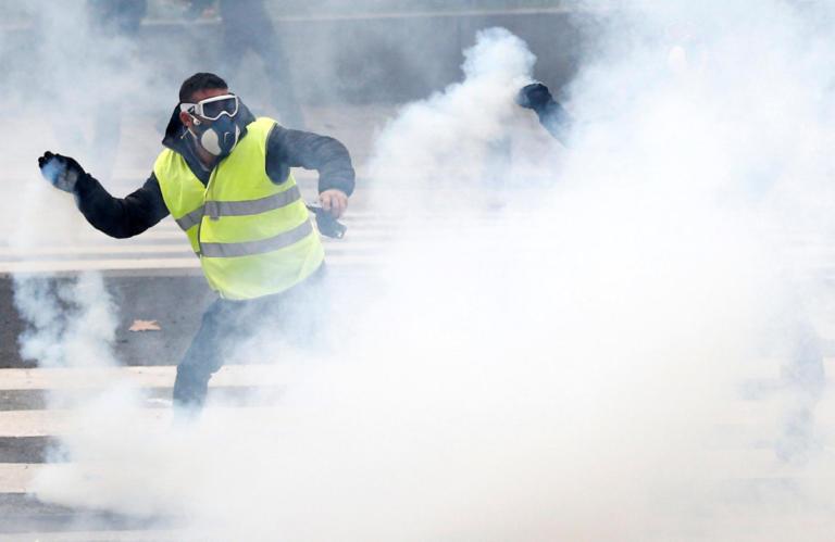 """Γαλλική κυβέρνηση: Ταραχοποιοί που θέλουν να ρίξουν το Μακρόν τα """"κίτρινα γιλέκα""""   Newsit.gr"""