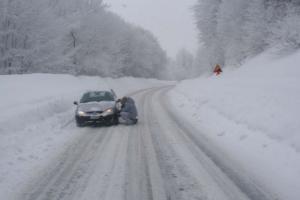 Φθιώτιδα: Γονείς και παιδί εγκλωβίστηκαν με το ΙΧ τους στα χιόνια!