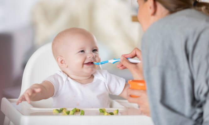 Μωρό 6-12 μηνών: Ποιες είναι οι ανάγκες του σε θρεπτικά συστατικά