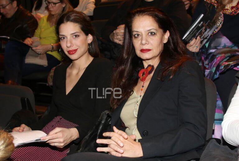 Λίλα Καφαντάρη: Σπάνια βραδινή έξοδος στο θέατρο με την κόρη της, Ηλιάνα Μαυρομάτη! [pics]