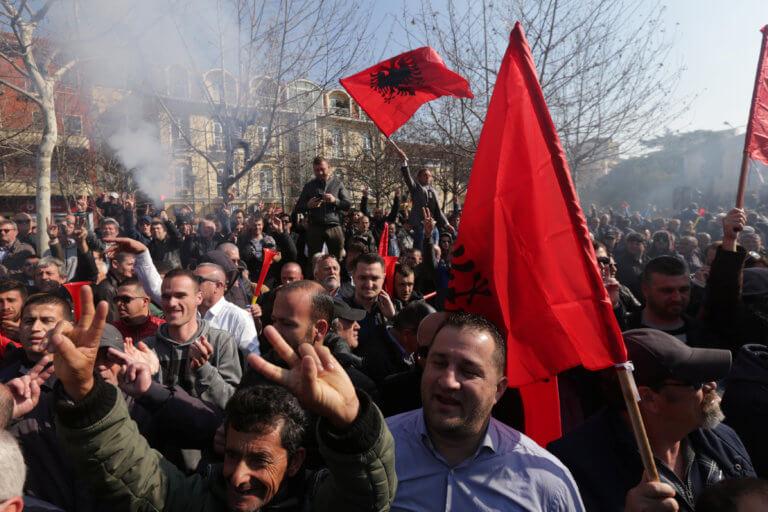 """""""Καμίνι"""" η Αλβανία – Χιλιάδες διαδηλωτές ζητούν παραίτηση του πρωθυπουργού Έντι Ράμα"""