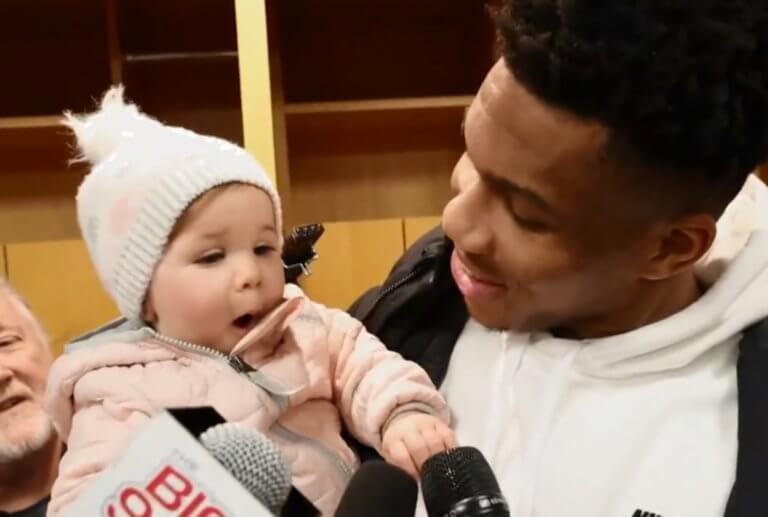 Ο Αντετοκούνμπο με ένα μωράκι αγκαλιά! Πείραξε όλα τα μικρόφωνα – video