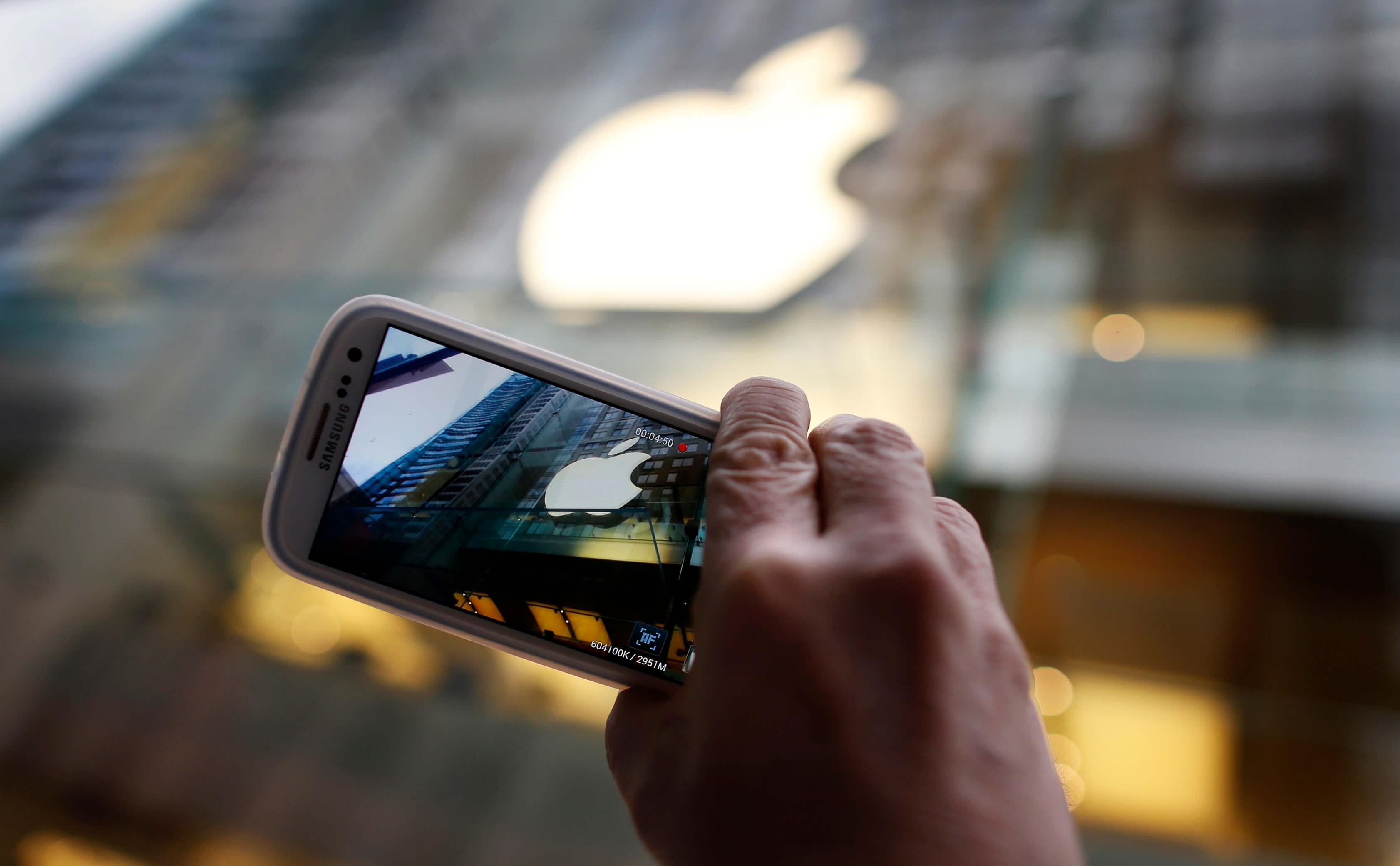 Βγάζει τους… κοριούς από το FaceTime η Apple