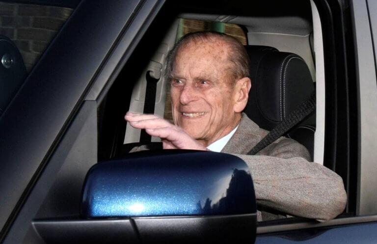 Στα… μαλακά ο πρίγκιπας Φίλιππος για το τροχαίο – Τουλάχιστον παρέδωσε το δίπλωμα! | Newsit.gr