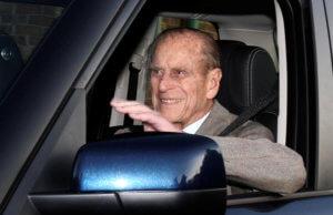 Ο πρίγκιπας Φίλιππος παραδίδει το δίπλωμα οδήγησης!