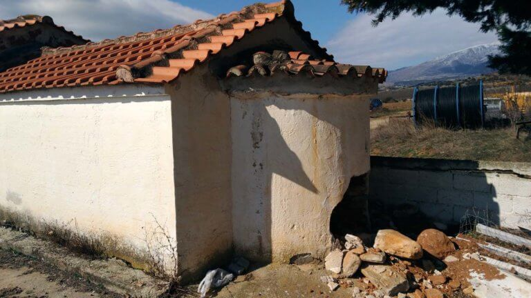 Λάρισα: Διέλυσαν την εκκλησία για να βρουν χρυσές λίρες – Οι εικόνες που άφησαν πίσω [pics] | Newsit.gr