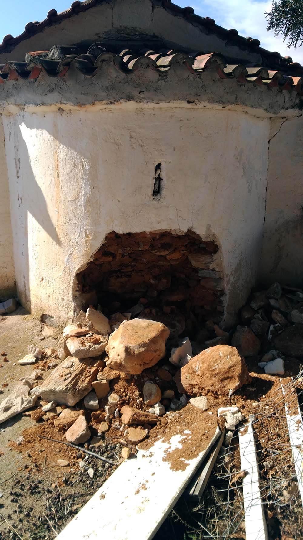 EKKLISIA DOLIXI3 - Διέλυσαν την εκκλησία για να βρουν λίρες στη Δολίχη Ελασσόνας
